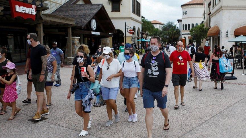 Pessoas caminham usando máscaras no estado da Flórida, nos EUA