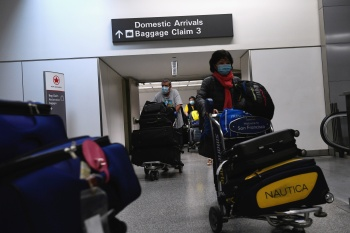 CDC afirma que pessoas totalmente vacinadas podem viajar com baixo risco de contágio e sem necessidade de testagem prévia ou quarentena