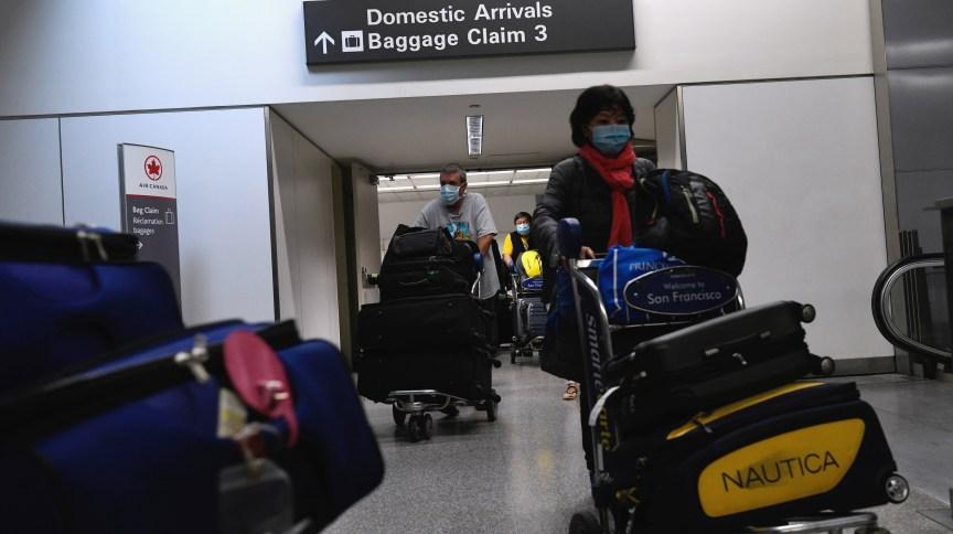Passageiros no aeroporto de São Francisco, nos Estados Unidos