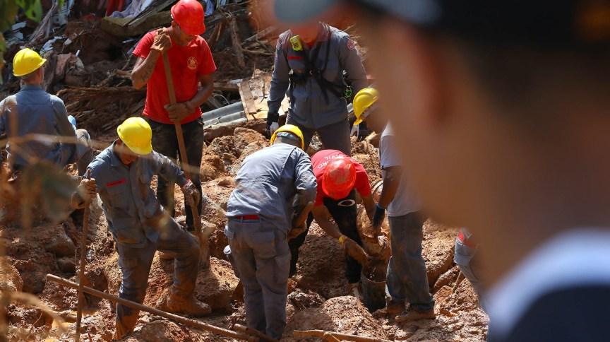 Bombeiros e voluntários realizam buscas no Morro do Macaco Molhado, no Guarujá
