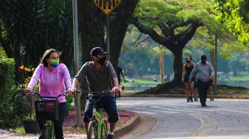 Pessoas andam de bicicleta usando máscaras no Parque do Ibirapuera, em São Paulo