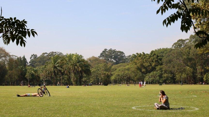 Marcações no gramado para manter o distanciamento no Parque do Ibirapuera, em São Paulo