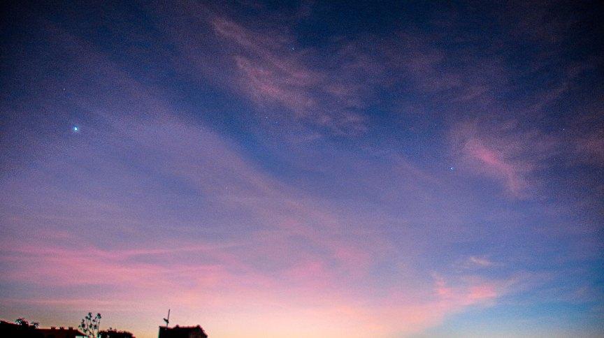 Vista do céu de Porto Alegre, cinco planetas e a Lua puderam ser vistos antes do sol nascer