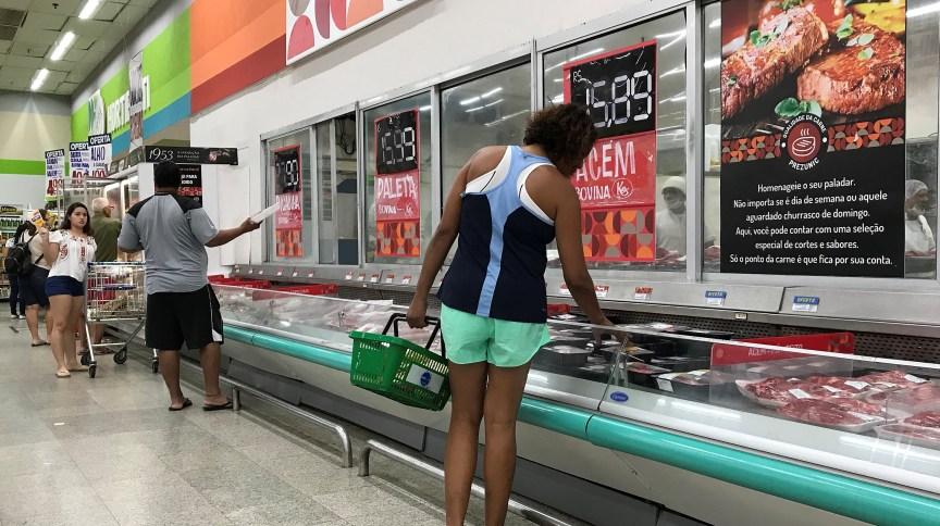 Clientes fazem compras em supermercado do Rio de Janeiro (28.jul.2018)