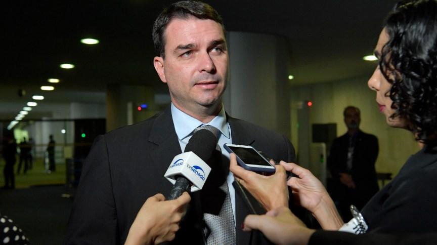 O senador Flávio Bolsonaro concede entrevistas em Brasília