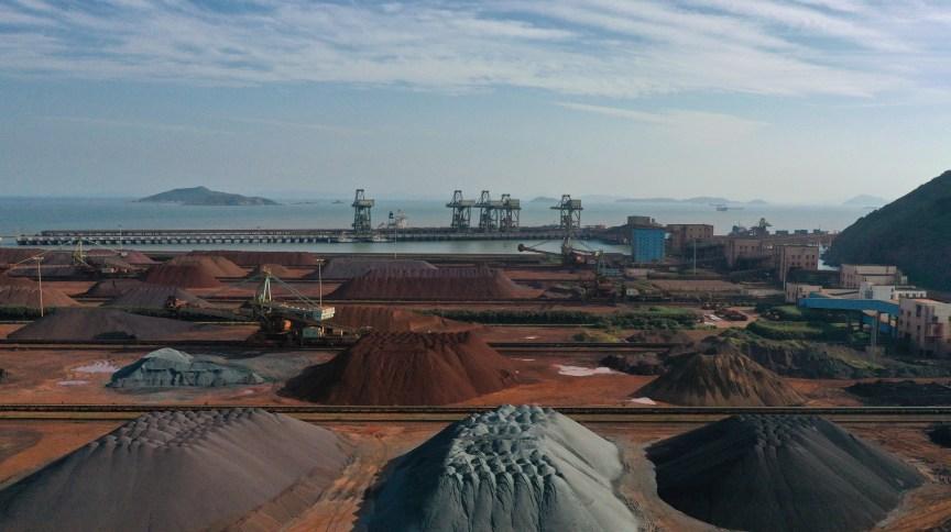Pilhas de minério de ferro importado em um porto em Zhoushan, China (09.mai.2019)