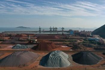 O vergalhão de aço mais negociado na Bolsa de Futuros de Xangai, para entrega em outubro, fechou em queda de 6%, a 5.641 iuanes (US$ 876,61) por tonelada