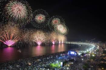 Chamado de 'Réveillon do século' pela prefeitura, festa é programada paralelamente ao avanço da variante Delta