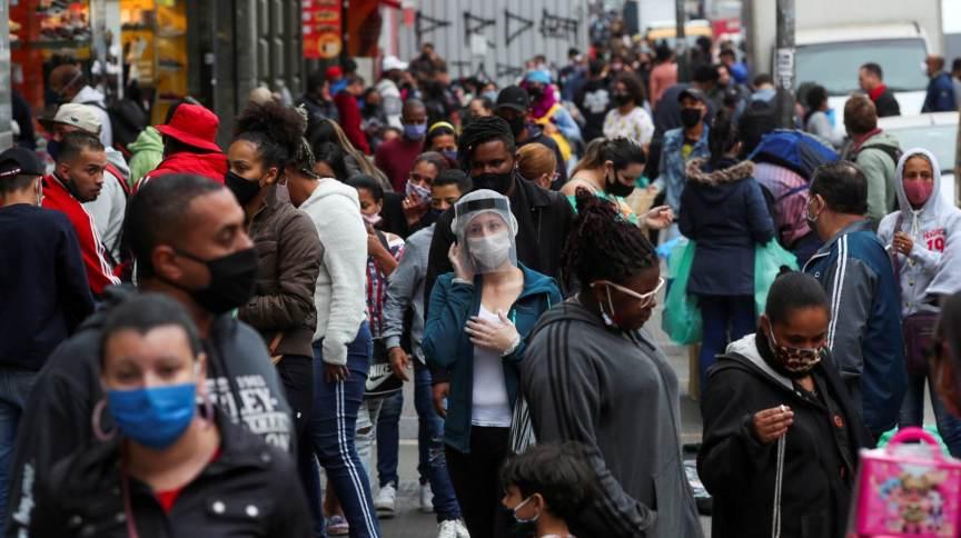 Pessoas caminham por rua de comércio popular em São Paulo - 15/07/2020