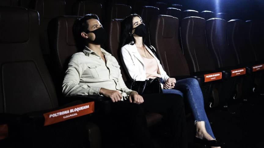 Poltronas de cinema bloqueadas no Brasil em razão de protocolo sanitário para conter a disseminação da Covid-19