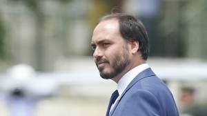 "MP investiga Queiroz por supostas ""rachadinhas"" no gabinete de Carlos Bolsonaro"