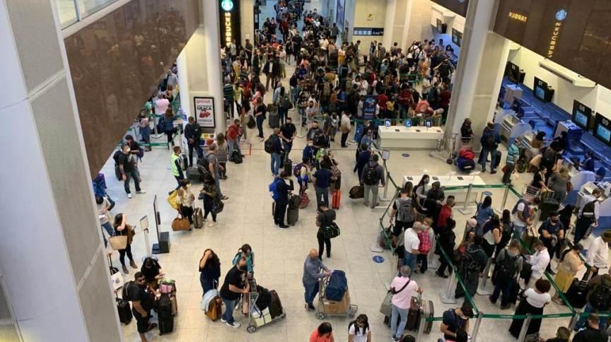 No aeroporto Santos Dumont, no centro da capital fluminense, pelo menos 9 voos foram cancelados após uma constante chuva na noite de terça