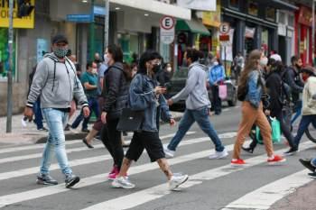 Para o especialista Pedro Hallal, a data da retirada da máscara não deve ser vista apenas com o percentual de vacinados
