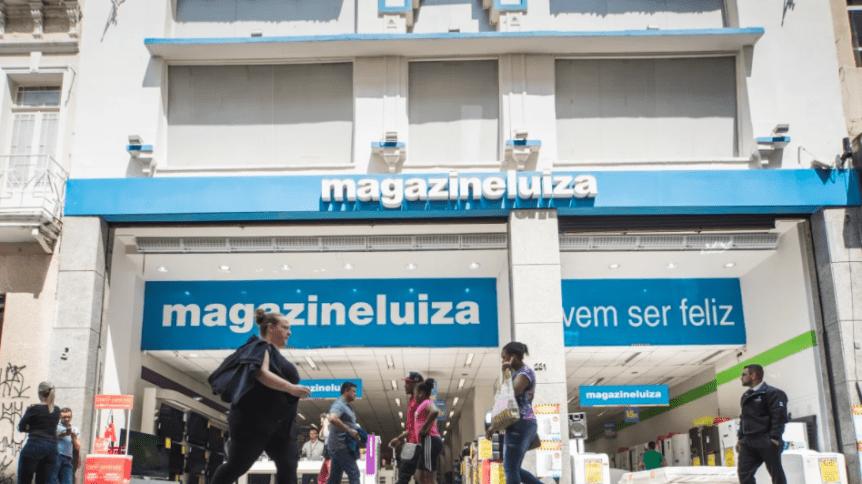 Pessoas caminhando em frente loja da Magazine Luiza