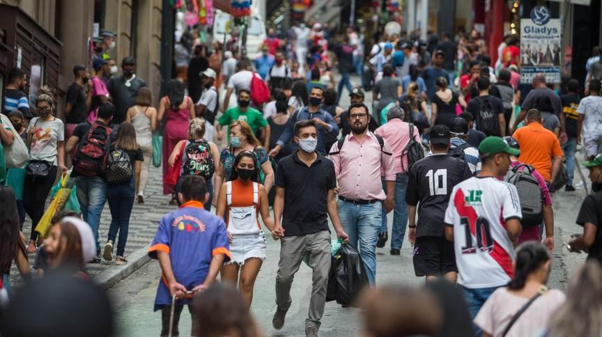 Movimentação na região da 25 de março, em São Paulo, em meio à pandemia da Covid-19