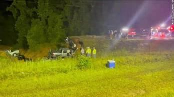 Sete veículos caíram em uma cratera de cerca de 15 metros de comprimento e 6 metros de profundidade que se abriu na rodovia 26, em George County