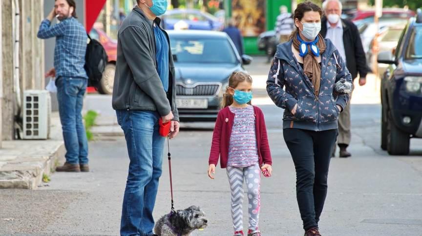 Família passeia de máscara durante a pandemia da Covid-19