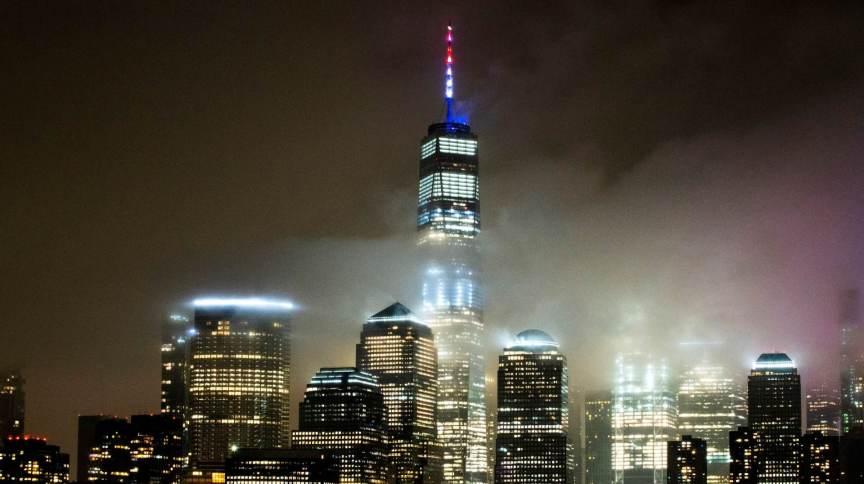 One World Trade Center é iluminado com as cores da bandeira dos EUA em meio à pandemia do novo coronavírus