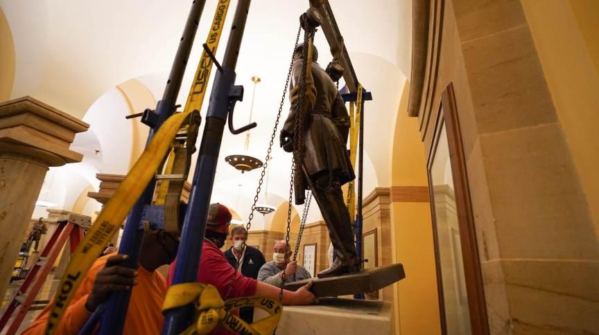 Estátua do general Robert E. Lee, comandante do Exército dos Estados Confederados, é removida do Capitólio dos EUA