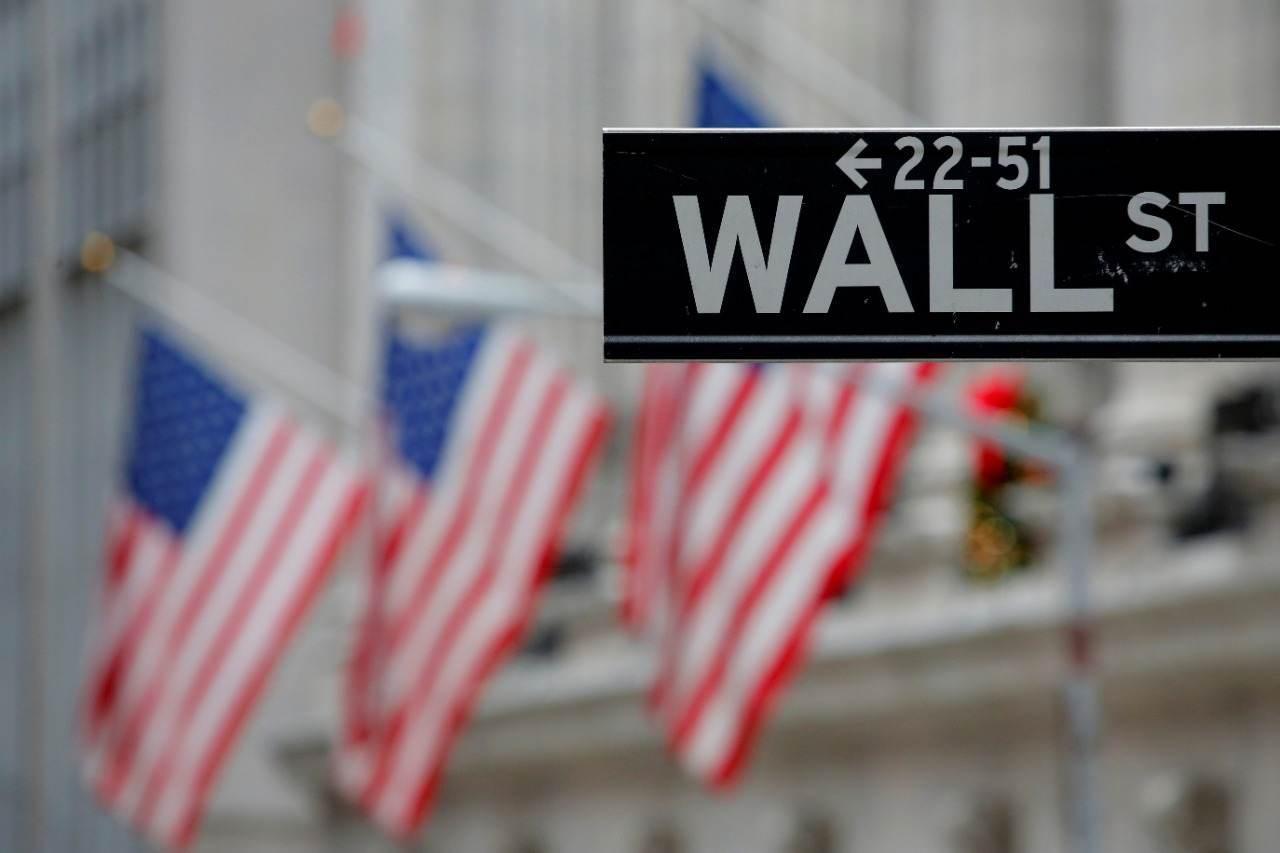 Placa de rua indicando Wall Street é vista do lado de fora da Bolsa de Nova York