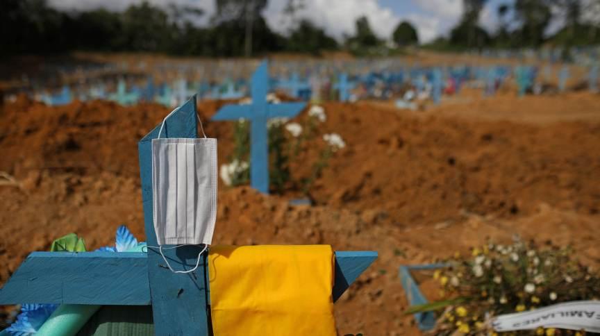 Idosa que morreu de Covid-19 é sepultada em cemitério em Manaus