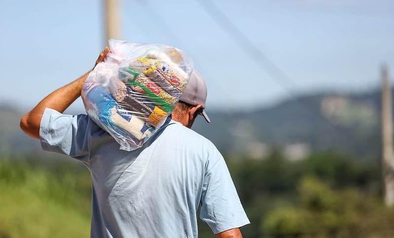 Moradores de Itapevi (SP) recebem cestas básicas entregues pela prefeitura
