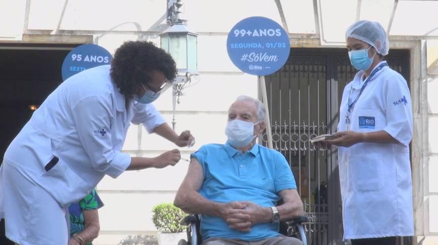 Idosos começam a ser vacinados no Rio de Janeiro (31 jan 2021)