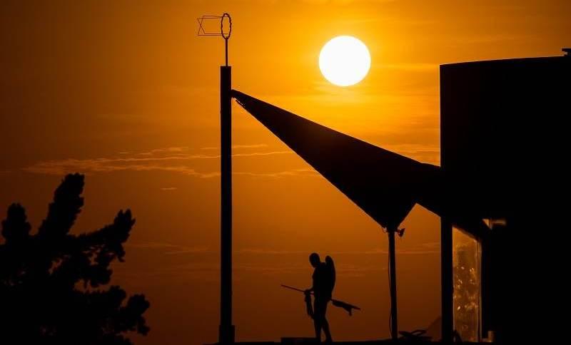 Sol e calor na praia da Barra da Tijuca, na zona Oeste do Rio de Janeiro