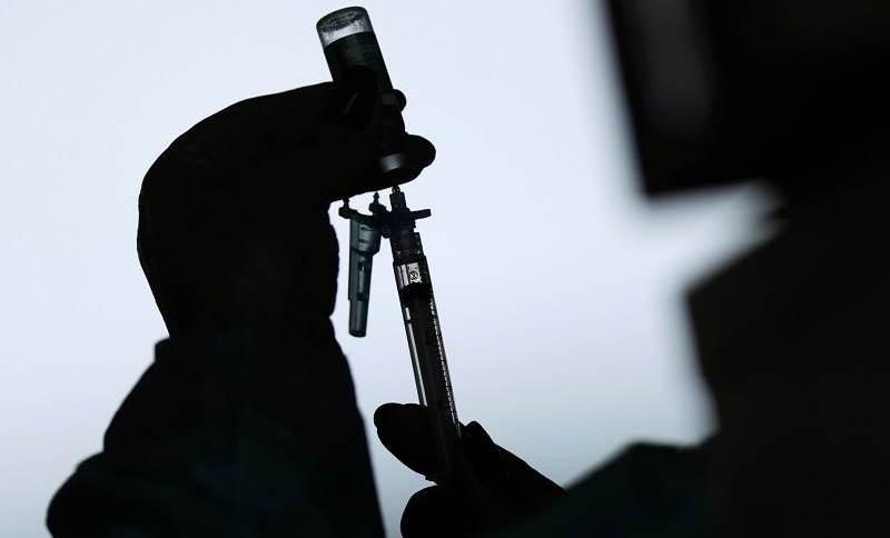 Profissional de saúde prepara seringa com vacina contra Covid-19 de Oxford