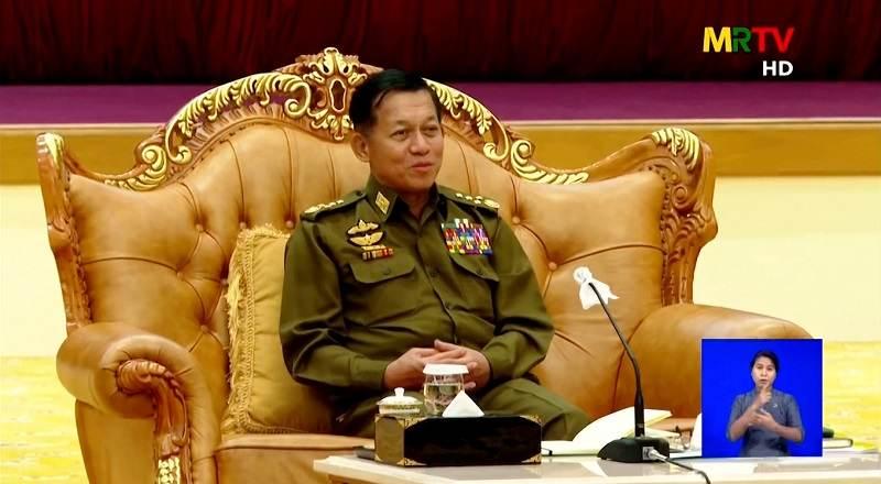 Vista de transmissão de TV com pronunciamento do general Min Aung Hlaing, em Mianmar