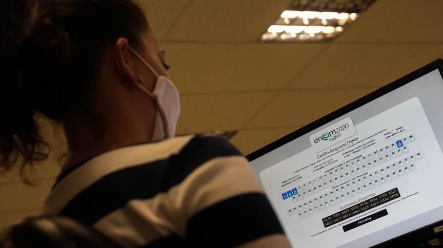 Estudante confere o cartão-resposta do Enem digital 2020