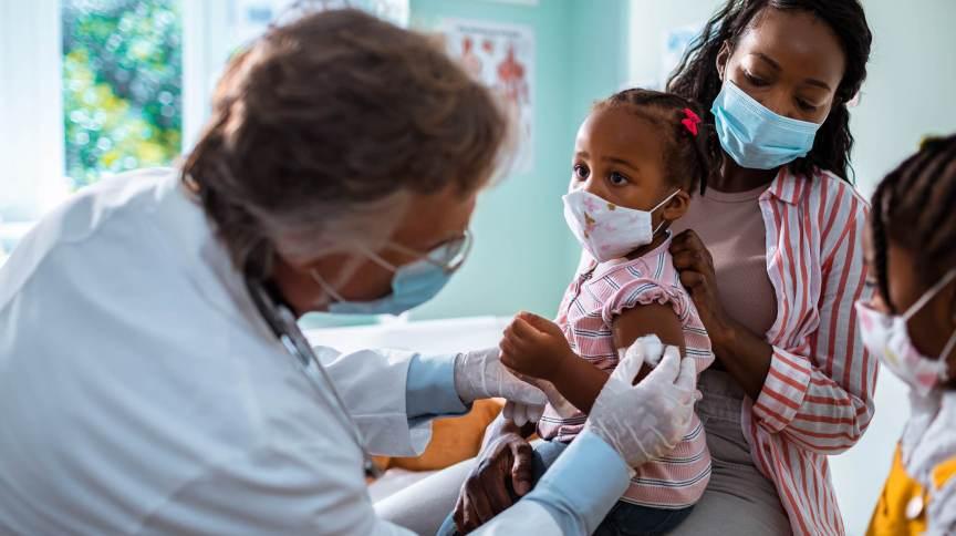 Criança recebe aplicação de vacina