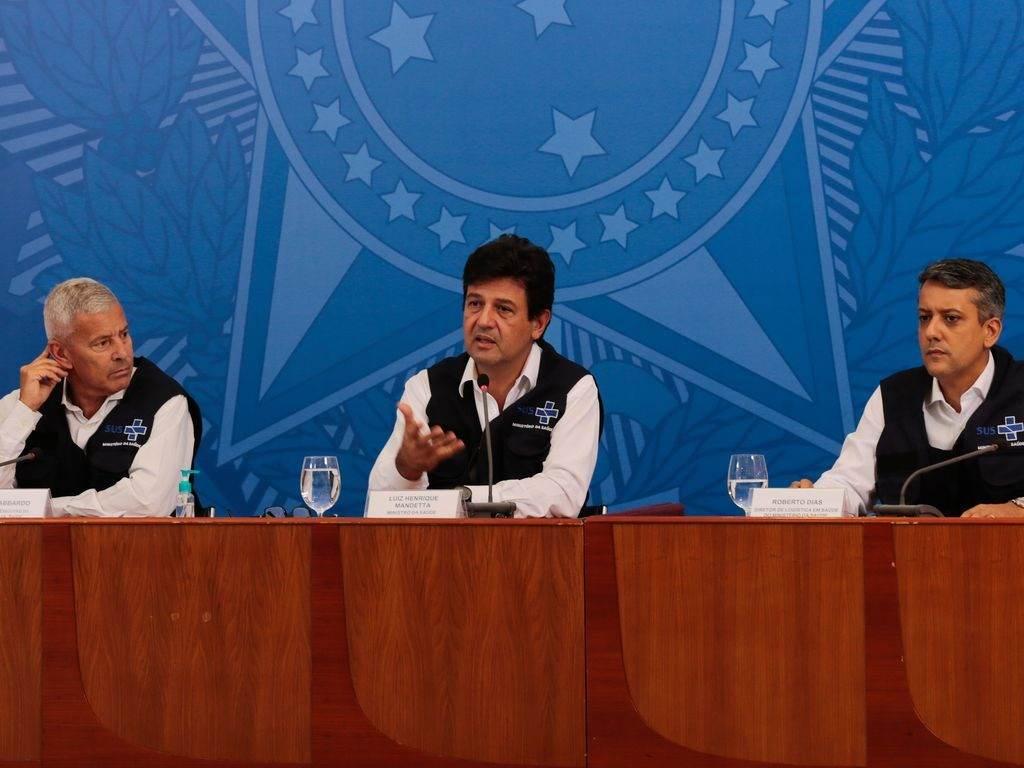 O ministro da Saúde, Luiz Henrique Mandetta, entre João Gabbardo e Roberto Dias