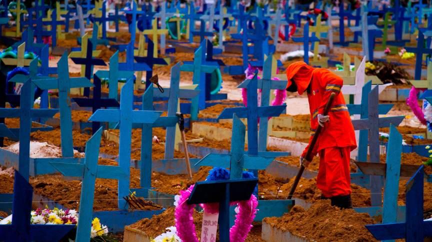 Cemitério Nossa Senhora Aparecida, em Manaus, durante pandemia da Covid-19