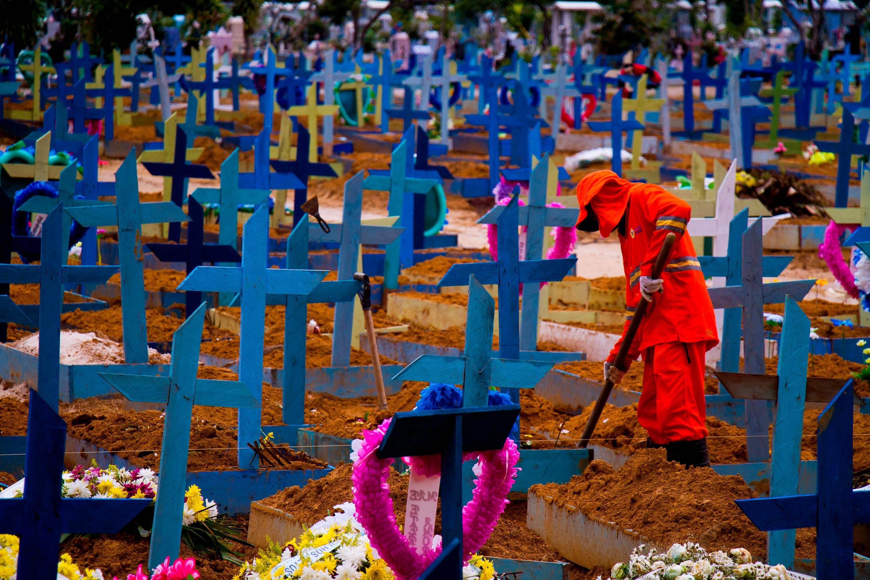 Cemitério em Manaus durante pandemia da Covid-19