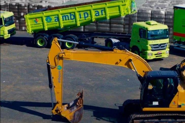 Caminhões da empresa de gestão ambiental Ambipar