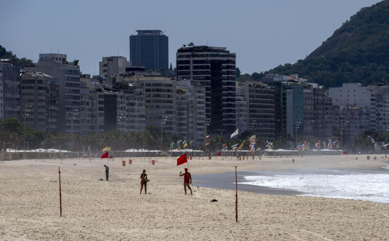 Praia de Copacabana vista vazia neste sábado (20)