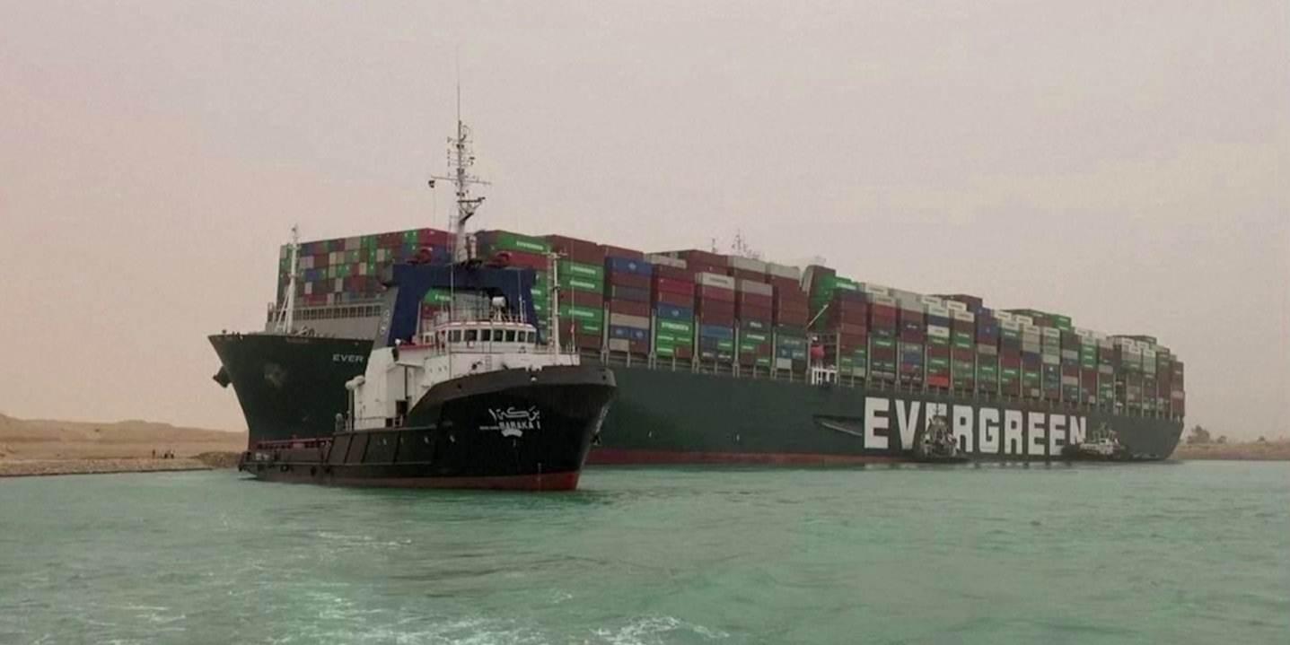 Ao menos 8 rebocadores trabalham para tentar mover o Ever Given no Canal de Suez