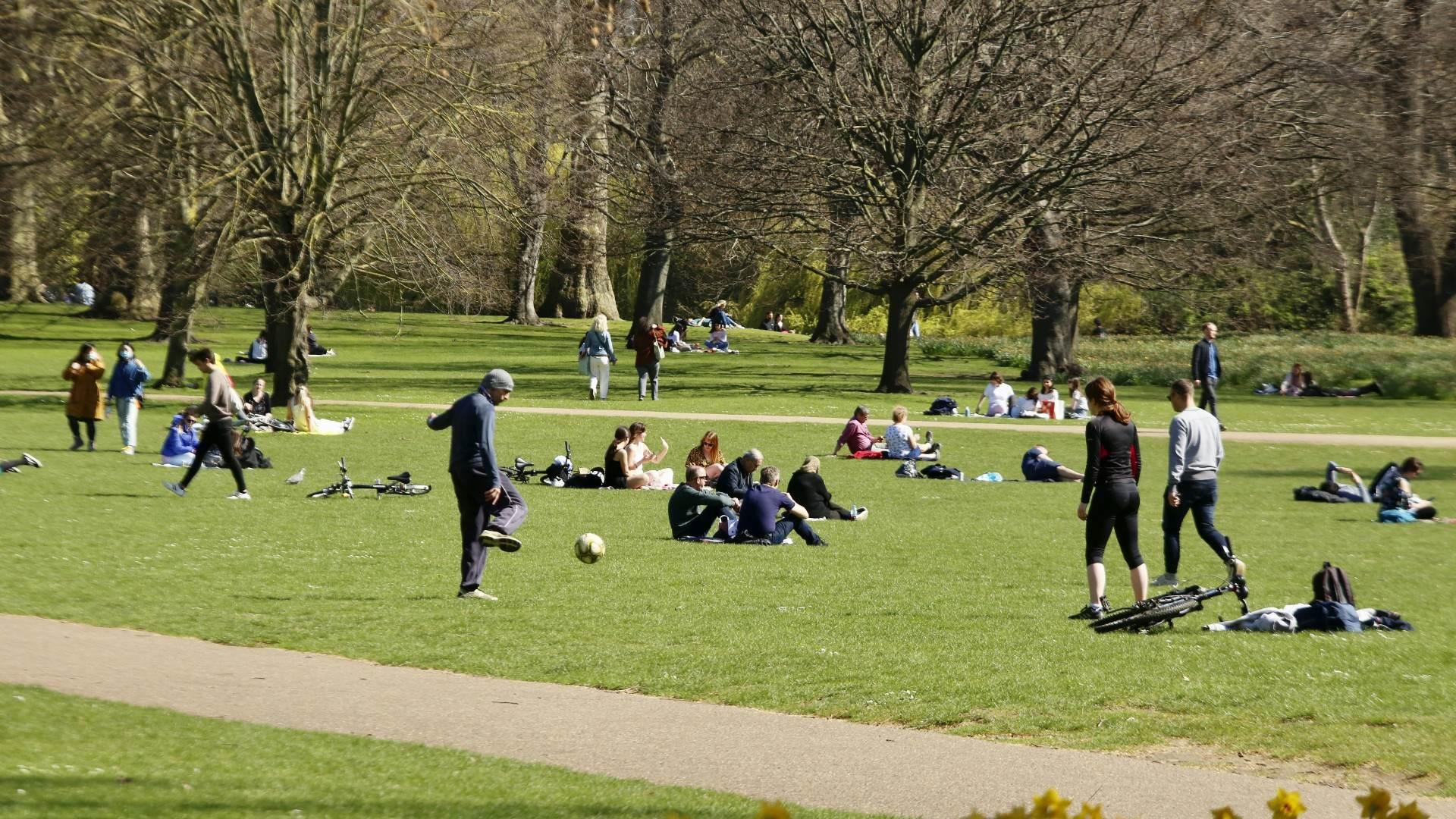Pessoas curtem um dia de sol em um parque de Londres