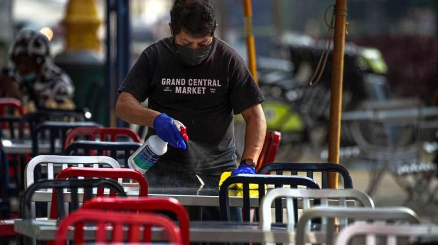 Funcionário limpando mesa