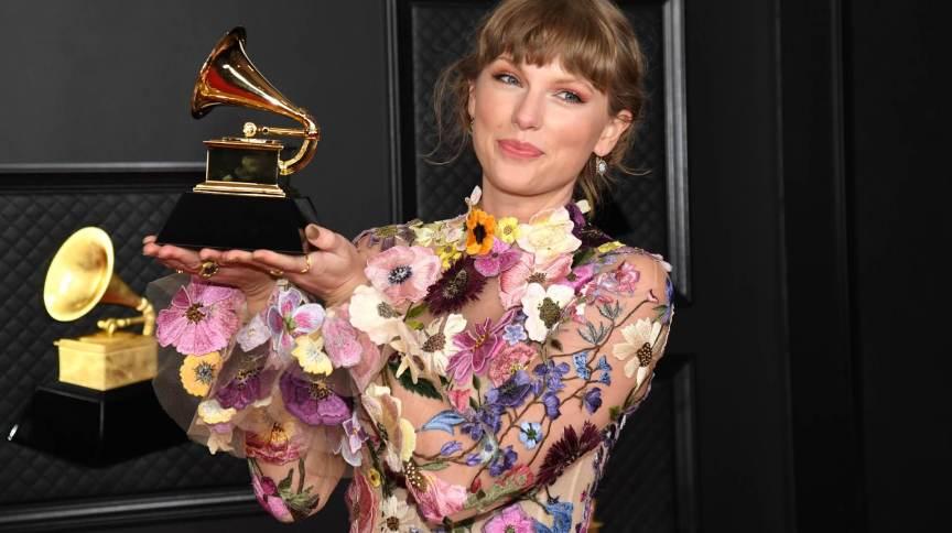 Taylor Swift com o prêmio Grammy de Melhor Álbum na edição de 2021