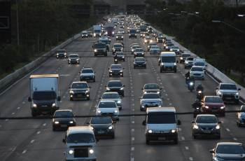 Dados da Abramet mostram que o uso de celular enquanto se dirige é responsável, em média, por 57% dos acidentes de trânsito entre pessoas desta faixa etária
