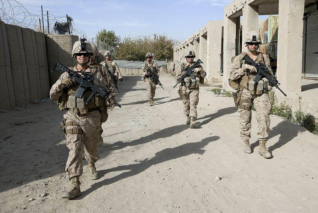 Soldados dos EUA patrulham ruas de Musa Qala, no Afeganistão, em 2010