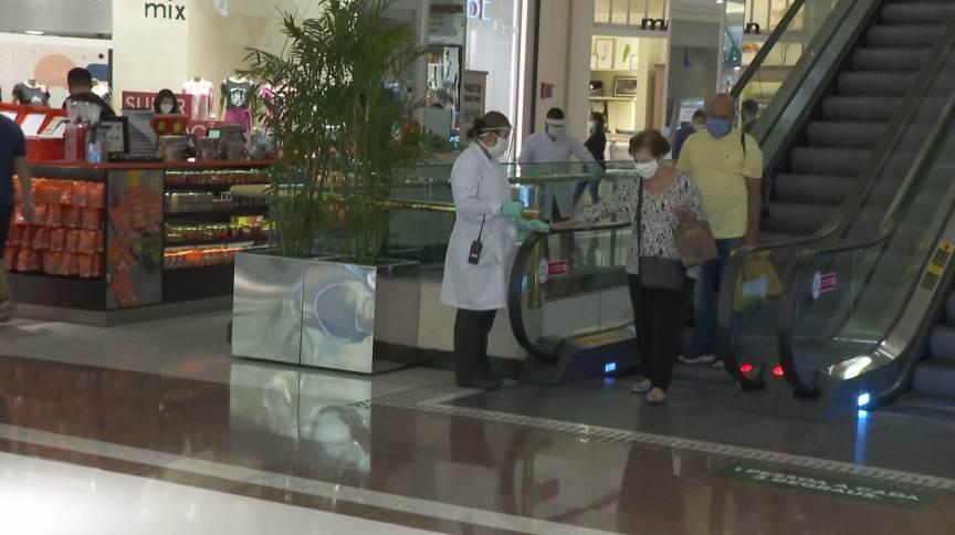 Shoppings em SP reabrem com muita movimentação neste domingo (18.abr.2021)