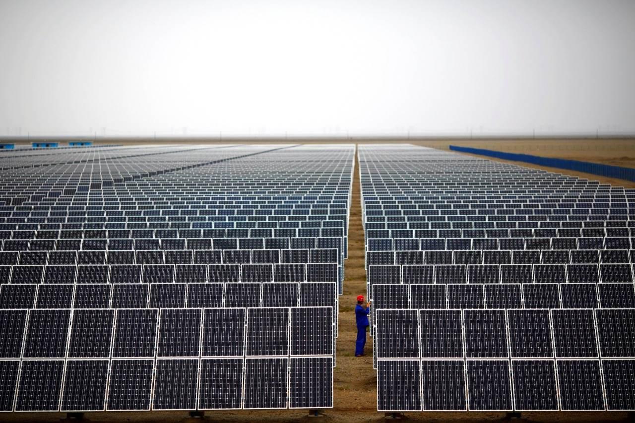 Painéis em usina de geração de energia solar; fonte está no radar da Cemig para