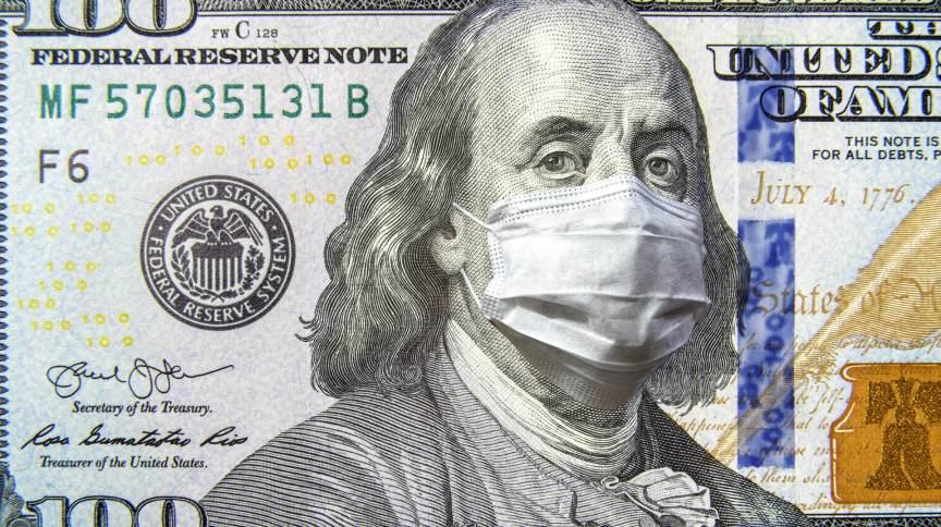Montagem mostra nota de cem dólares com o ex-presidente dos Estados Unidos, Franklin Roosevelt, usando máscara como medida de prevenção à COVID-19.
