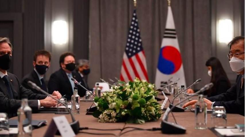 O Secretário de Estado dos EUA, Antony Blinken, fala com o Ministro das Relações Exteriores da Coreia do Sul, Chung Eui-yong, durante uma reunião bilateral