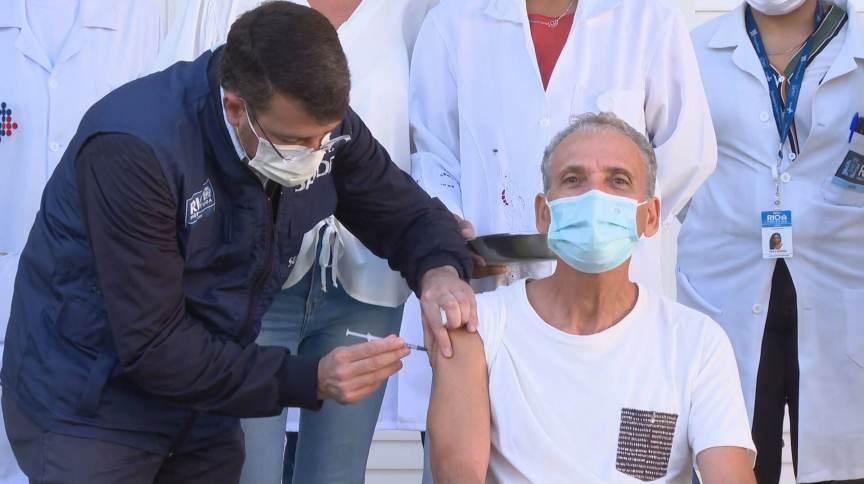 Secretário municipal de Saúde do Rio, Daniel Soranz aplicou a primeira dose da vacina da Pfizer em idoso carioca