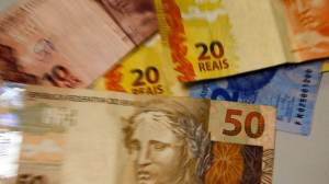 """Auxílio não funcionará se inflação """"comer"""" poder aquisitivo, diz economista"""
