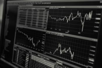 """O jornal estatal chinês Securities Times publicou um comentário na quarta-feira (28) reconhecendo as """"mudanças na política para certos setores"""""""